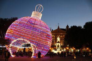 Bola gigante de navidad en Niza.